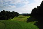 緑鮮やかな木々に囲まれた18ホールズは、島村祐正とピーター・トムソンが心血を注いで設計した本格派コース。